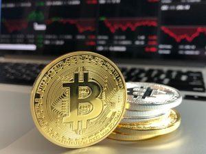 ハイリスクなビットコインに対して堅実な不動産投資への注目が高まる!?